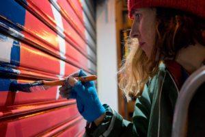 Giulia Bernini dipinge le serrande di parete aperta