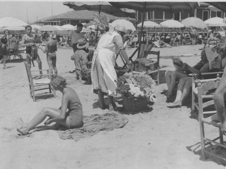versilia8 cocanari194_Viareggio_vita balneare_venditrice di fiori_Cocanari_1934
