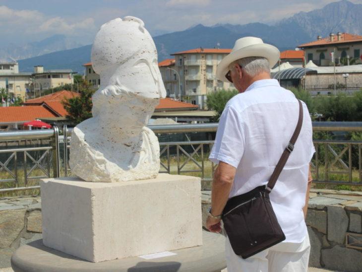 Foto una delle opere sul pontile di Tonfano