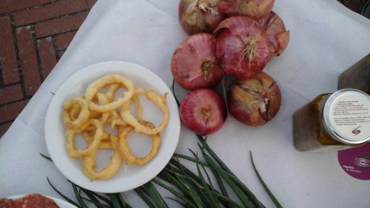 Cipolla cruda, cipolla fritta, marmellata di cipolla – foto pagina Facebook Cipoll Di Certaldo in Sagra