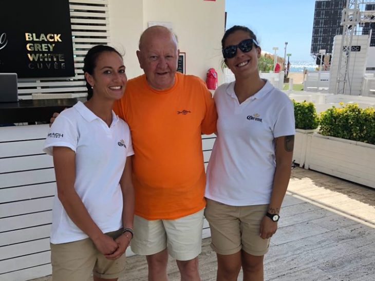 Foto Massimo Boldi al Beach Club con staff