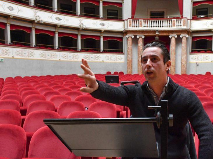 Il direttore d_orchestra Valerio Galli durante le prove al Goldoni (foto Bizzi)
