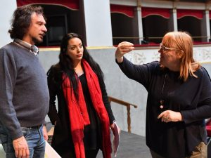 La regista Vivien Hewitt con Fabio Armiliato e Anastasia Bertoli durante le prove al Goldoni (Foto Bizzi) 2