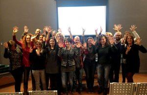 foto gruppo incontro applauso nella lingua dei segni