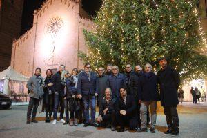 Foto amministrazione di fronte abete di Natale