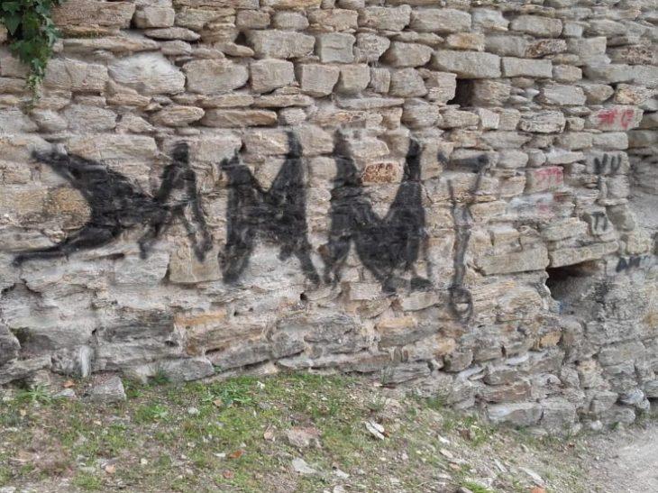 Foto graffitari mura della Rocca