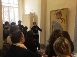 Il gruppo davanti a un'opera di Cappiello