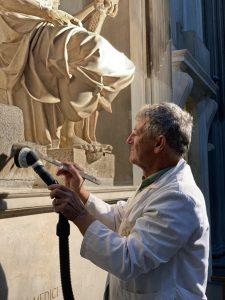 7.Antonio Forcellino restaura la Madonna Medici di Michelangelo 2