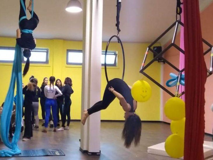 Esibizione di danza aerea con tessuti