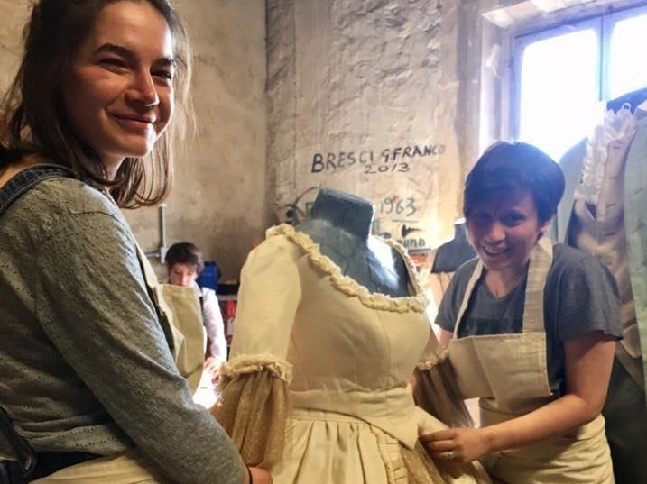 Studenti del progetto T.H.E.A.T.E.R. durante la masterclass intitolata Il costume teatrale tra sartoria e lavorazioni pittoriche realizzata presso il Laboratorio d'Arte del teatro della P