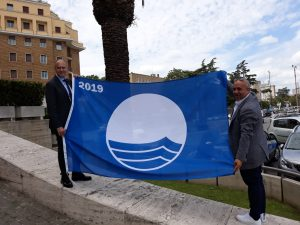 Foto Bandiera Blu 2019 con Paolo Bigi a dx e Simone Pedone a sx