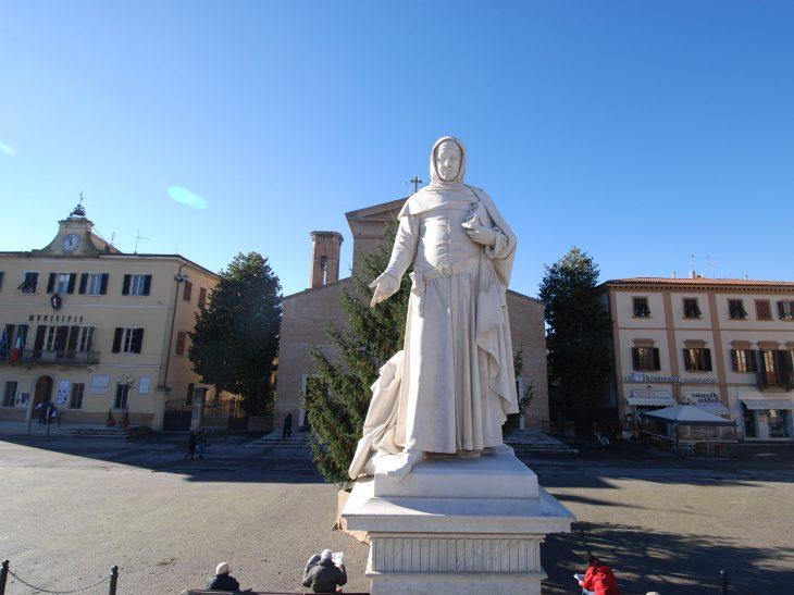 01) Certaldo – Piazza Boccaccio – monumento a Boccaccio di Augusto Passaglia 1879