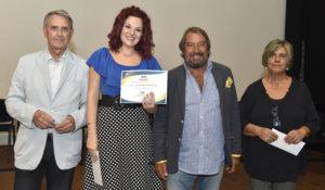 03 Il mezzosoprano Lorena Zaccaria riceve il premio_tra Massimo Galli_Giovanni Lippi e Cristina Bicchi
