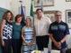 Foto di gruppo Sindaco con Denise Giacoia al centro con maglia a righe