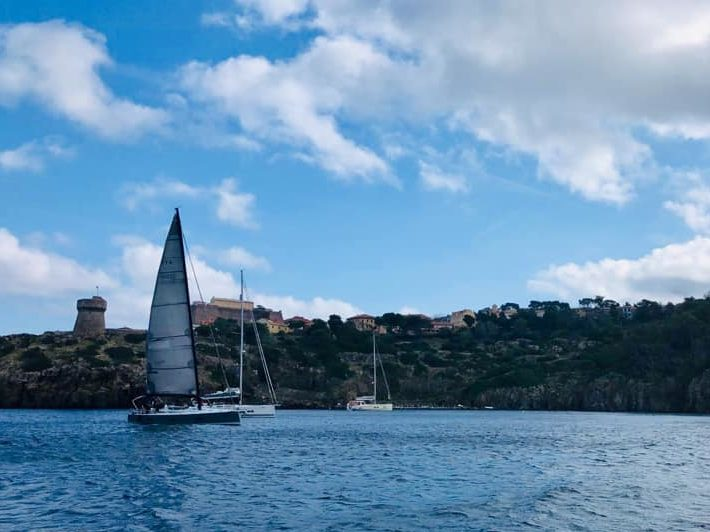 Foto barche in arrivo in Capraia 2