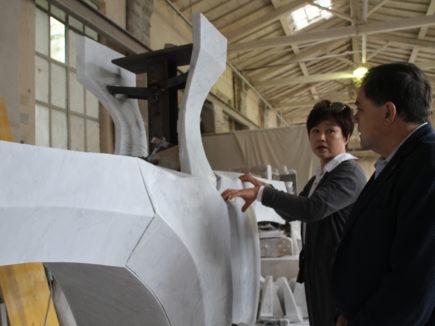 Foto sindaco visiona opera Ego Choi Yoon Sook