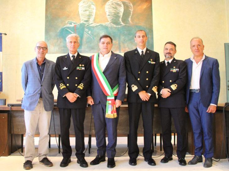 Foto visita ufficiale ammiraglio Guardia Costiera con Sindaco Giovannetti