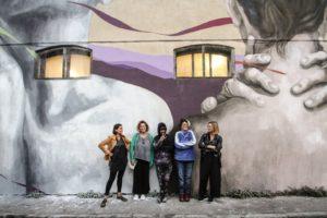 Ligama con le ragazze di Uovo alla Pop sotto al murale