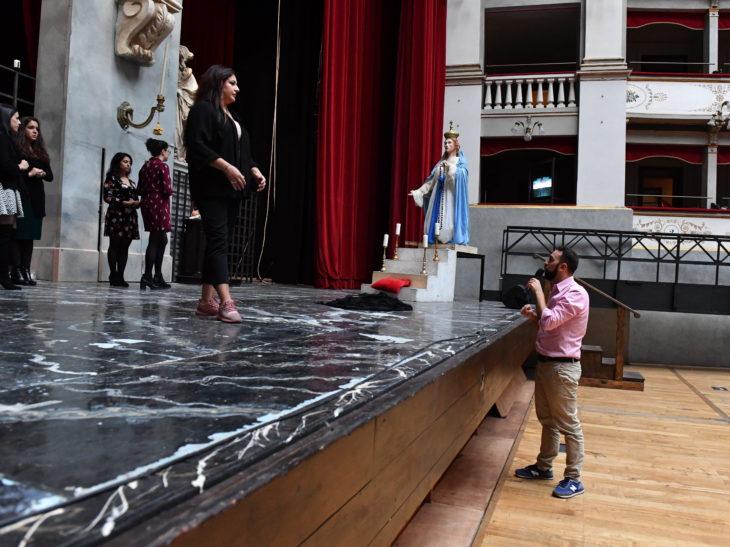 Un momento delle prove al Goldoni_ il regista Gianmaria Aliverta con il soprano livornese Valentina Boi_3