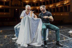 Il regista MASSIMO GASPARON e il direttore d_orchestra JACOPO SIPARI DI PESCASSEROLI al Goldoni durante le prove (Foto A. Bizzi) 1