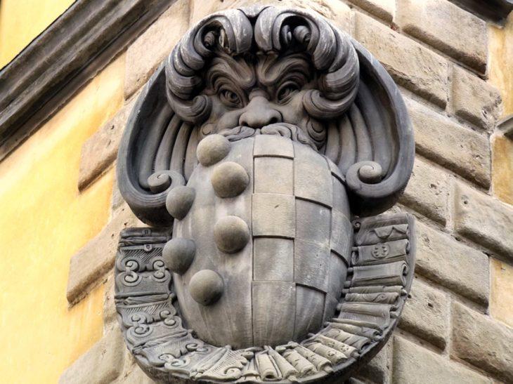 Stemma coniugale Medici-Toledo affisso sullo sprone del Palazzo di Sforza Almeni