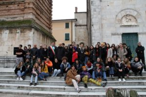 Foto gruppo studenti Stagio Stagi con Sindaco presepe Sagrato Duomo