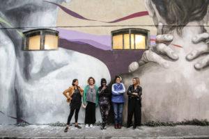 Ligama con le ragazze di Uovo alla Pop sotto al murale di via Pompilia