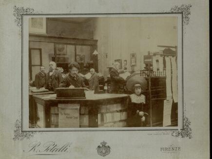Sala di ingresso alla biblioteca nelle sede di via Vecchietti, 1905