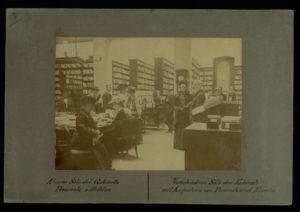 Salone delle riviste e opere illustrate del Gabinetto Vieusseux nella sede di via Vecchietti, Firenze 1905