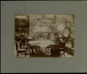 Salone di lettura dei giornali del Gabinetto Vieusseux nella sede di via Vecchietti, 1905