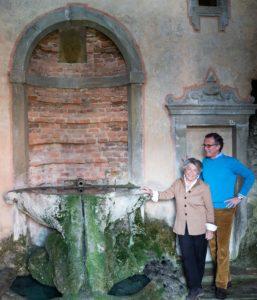 5_Giorgiana Corsini e Neri Torrigiani a La fontana della Fata Morgana nella grotta di Fattucchia_ph Clara Vannucci