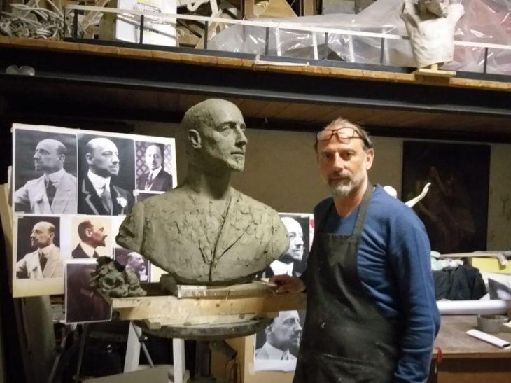 Gabriele Vicari nel suo studio